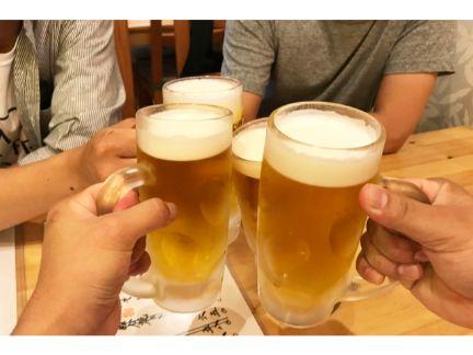 生ビールで乾杯する写真