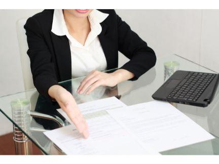 働く女性の写真