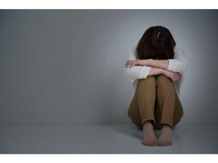 悩む女性の写真