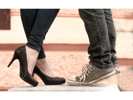 カップルの足元の写真
