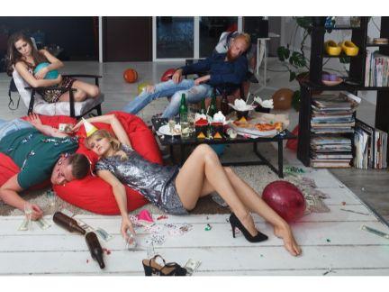 男女で自宅で飲み会の後、雑魚寝する写真
