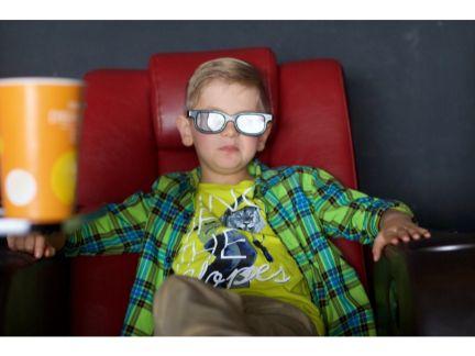 1人映画を楽しむ男の子の写真