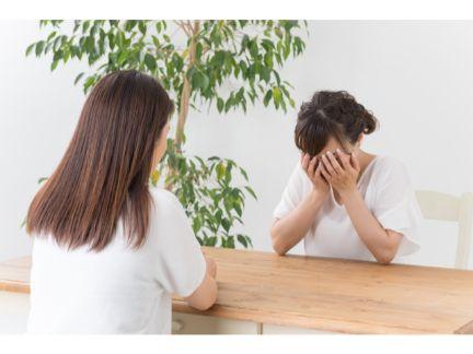 女性が泣きながら相談する写真