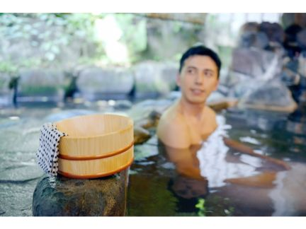 温泉に浸かる男性の写真