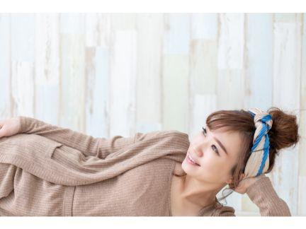 1人で横になってくつろぐ女性の写真