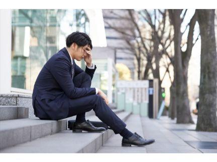 悩む男性の写真