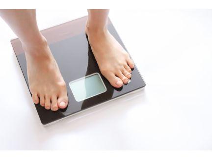 体重計の乗る写真