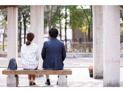 ベンチに座る男女の写真