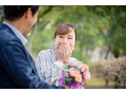 女性の花束を渡す男性の写真