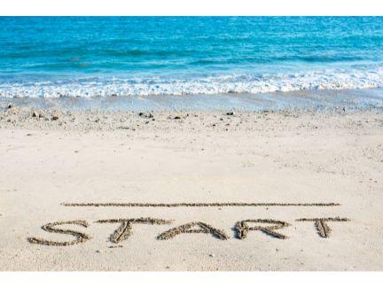 砂浜に「START」とスタートラインが書かれている写真