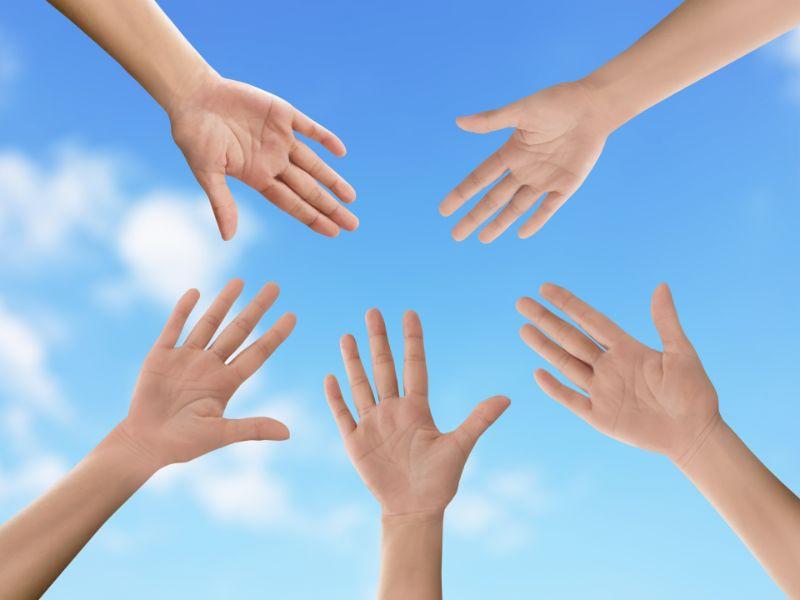 男女5人が手を出している手だけの写真