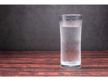グラスの入った水の写真