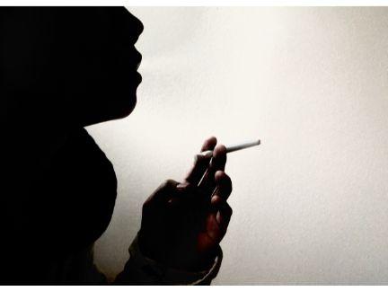 煙草を吸う写真