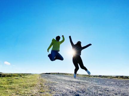 ジャンプする男女の写真