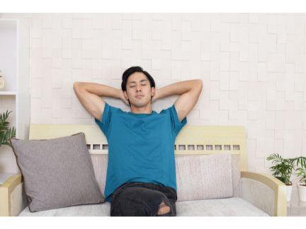 ソファーでくつろぐ男性の写真