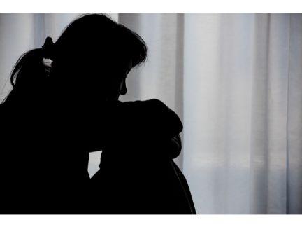 悩む女性のシルエット