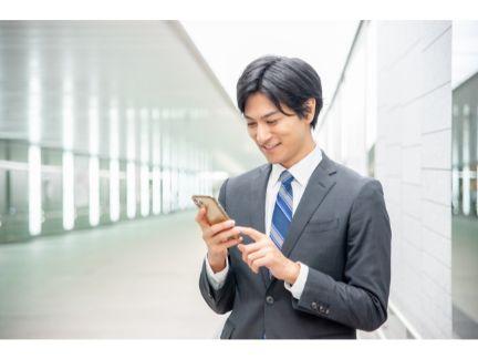 スマホを操作する男性の写真