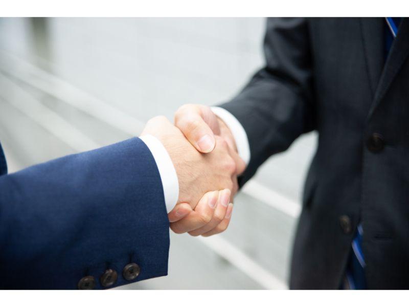 ビジネスマンが握手する写真