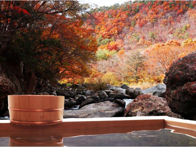紅葉と温泉の写真
