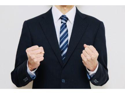ガッツポーズするビジネスマンの写真