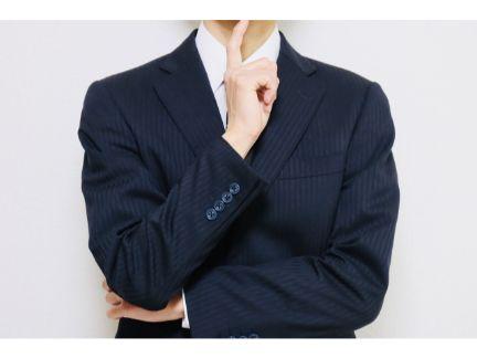 考えるビジネスマンの写真