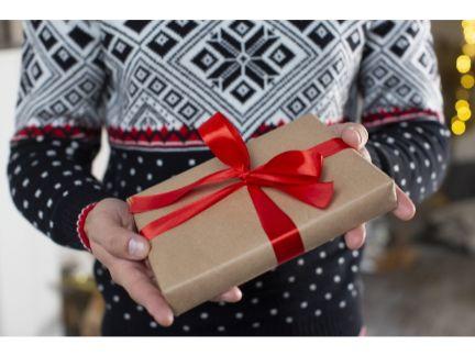 プレゼントを渡す男性の写真