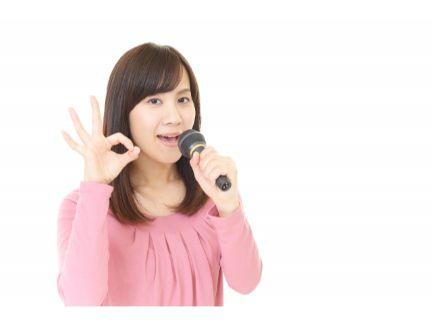 カラオケを歌う女性の写真