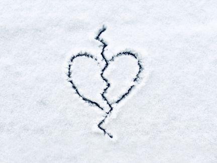 雪の上に割れたハートを書いた写真