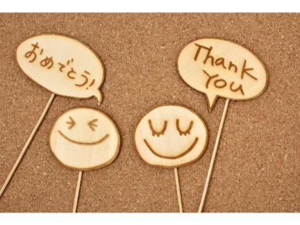 顔文字と「ありがとう」と書かれた札の写真