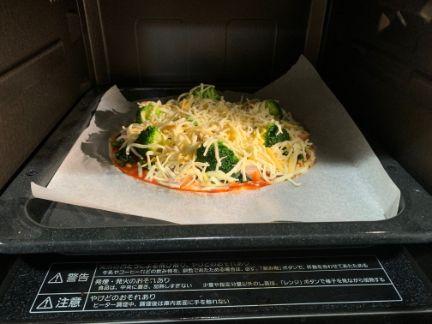 ピザをオーブンに入れる写真