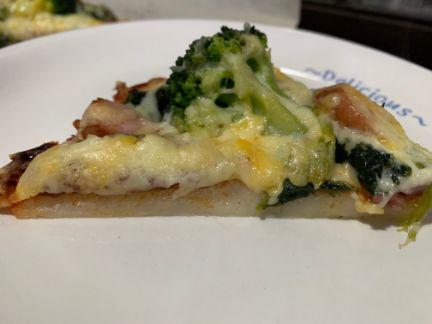切り分けた米粉ピザを横から撮った写真