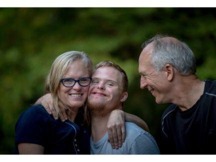 笑顔の両親と息子の写真