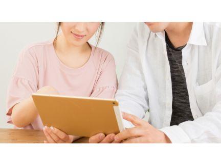 タブレットで動画を見るカップルの写真