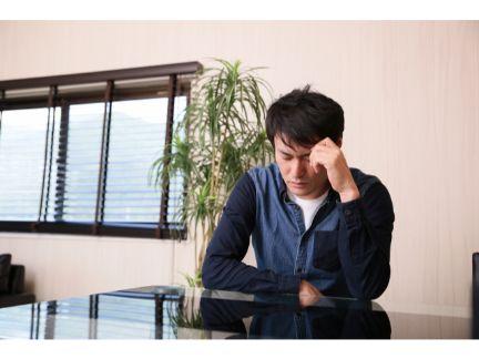 疲れが取れない男性の写真