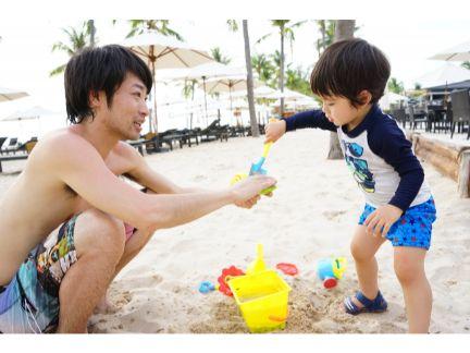 砂浜で遊ぶ親子の写真
