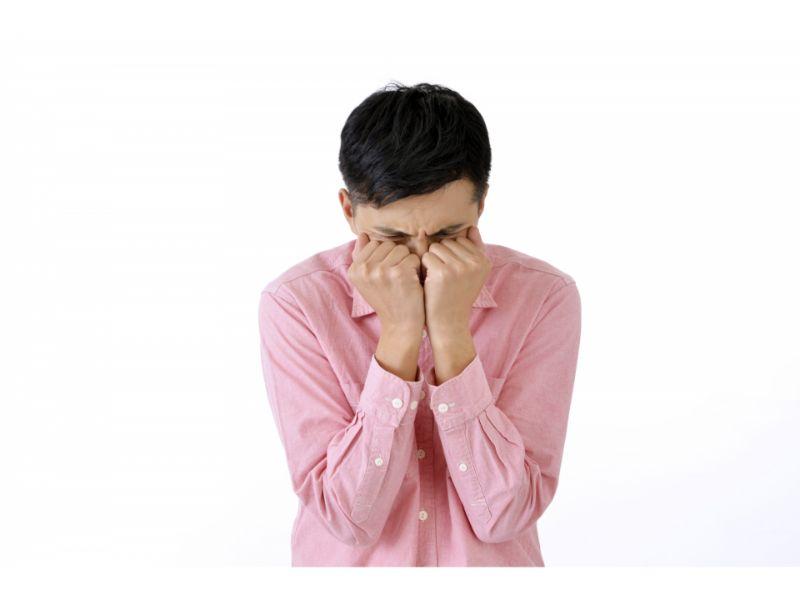 メソメソ泣く男性の写真