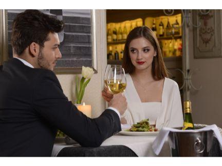 ワインで乾杯するカップルの写真