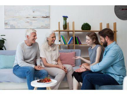 両親と話をするカップルの写真