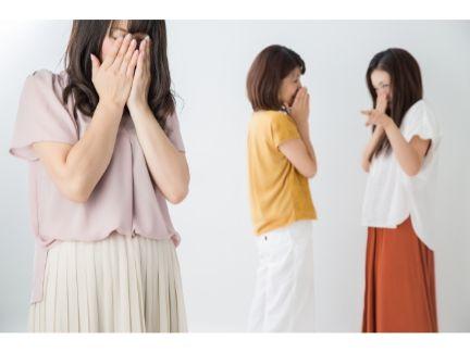 陰口を言われる女性の写真