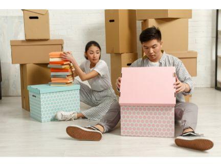 引っ越し作業をするカップルの写真