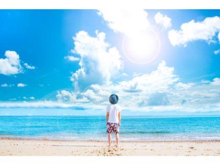 海と青空を見つめる男性の写真