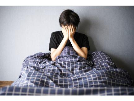 眠れず悩む男性の写真