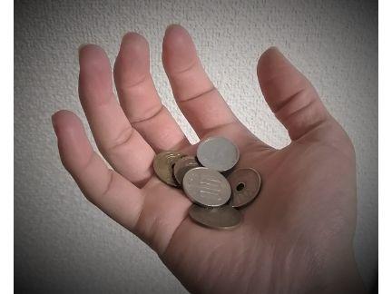 片手に小銭を乗せた写真