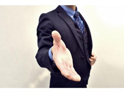 手を差し伸べる男性の写真