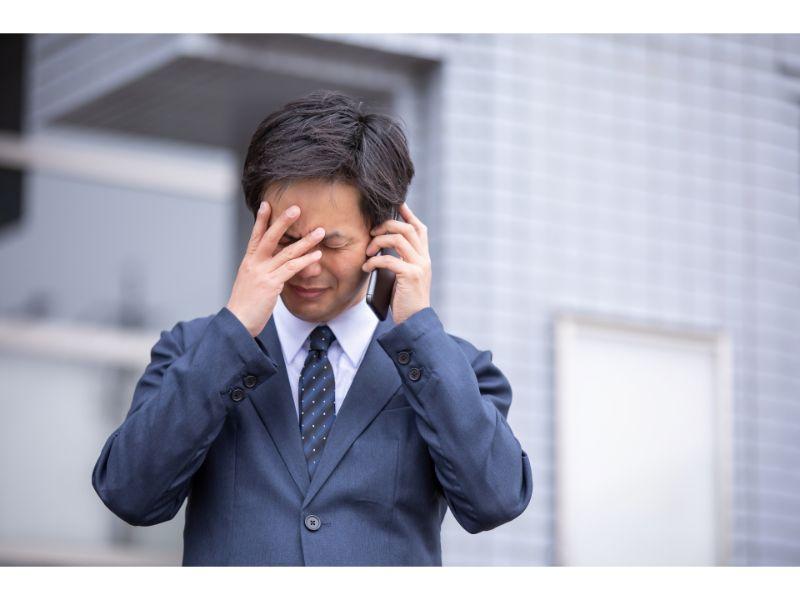 電話しながら泣く男性の写真