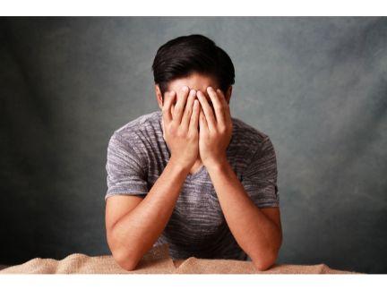 悲しむ男性の写真