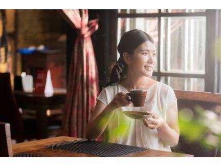 カフェでくつろぐ女性の写真
