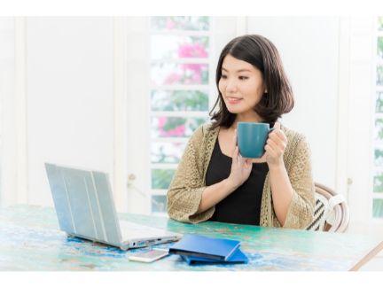 PCで動画を見ている女性の写真