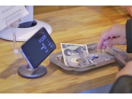 レジで支払っている写真