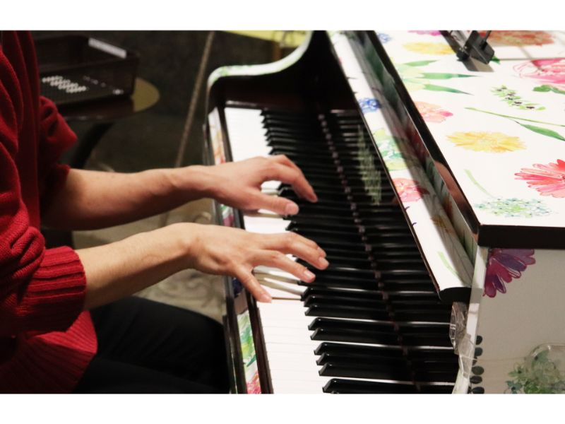 ピアノを弾く写真